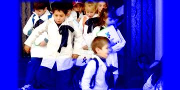 niños en edad escolar a la salida de sus clases